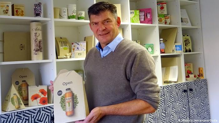 Uwe D´Agnone muestra una amplia gama de recipientes de cartón de hierba.