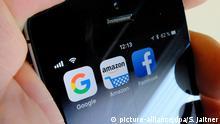 ARCHIV - 05.09.2018, Berlin: ILLUSTRATION - Die Logos der US-Internetkonzerne Google (l-r), Amazon und Facebook sind auf dem Display eines iPhone zu sehen. (zu dpa US-Behörden und Kongress knöpfen sich Tech-Riesen vor) Foto: Stefan Jaitner/dpa +++ dpa-Bildfunk +++ | Verwendung weltweit