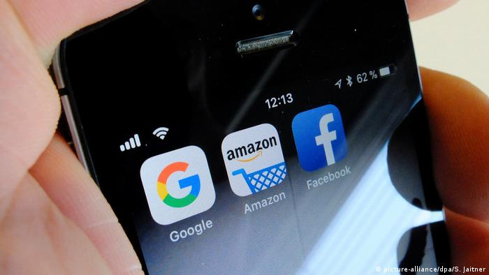 Smartphone with Google, Amazon and Facebook installed (picture-alliance/dpa/S. Jaitner)