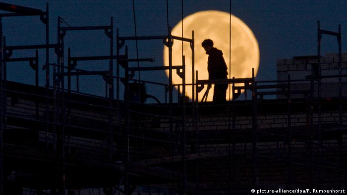 Man's silhouette seen in front of the moon (picture-alliance/dpa/F. Rumpenhorst)