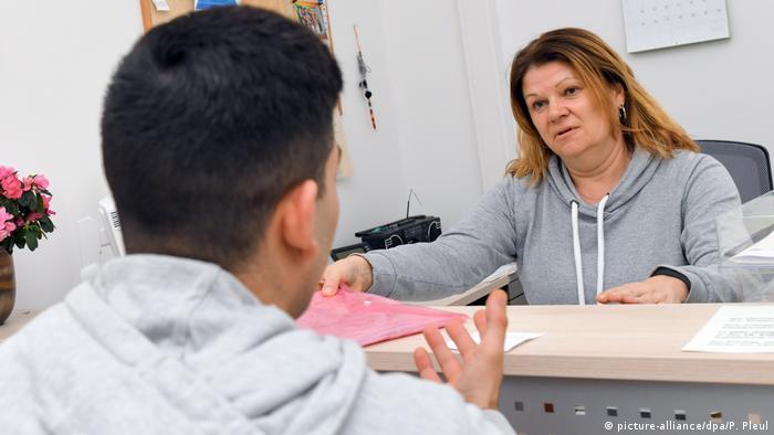 لاجئ يبحث عن فرصة عمل في مدينة فرانكفورت على نهر الأودر