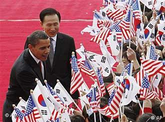 US President Barak Obama, left, and South Korean President Lee Myung-bak