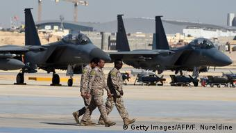 Саудовские военные перед истребителями F-15