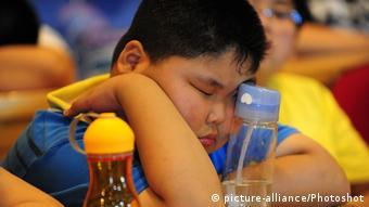 Σε νεαρή ηλικία, ο εγκέφαλος δεν έχει ακόμη μάθει να συνδυάζει τη γλυκιά γεύση με τα τρόφιμα υψηλής θερμιδικής αξίας