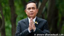 06.06.2019, Thailand, Bangkok: Prayuth Chan-ocha, Premierminister von Thailand, gestikuliert während er vor dem Regierungsgebäude mit Journalisten spricht. Thailands Parlament hat den ehemaligen Putsch-General Prayut Chan-o-cha zum Premierminister gewählt. Der 65-Jährige erhielt am Mittwoch in Bangkok in einer gemeinsamen Sitzung von Unter- und Oberhaus eine klare Mehrheit von 498 Stimmen der insgesamt 750 Abgeordneten. Foto: Sakchai Lalit/AP/dpa +++ dpa-Bildfunk +++