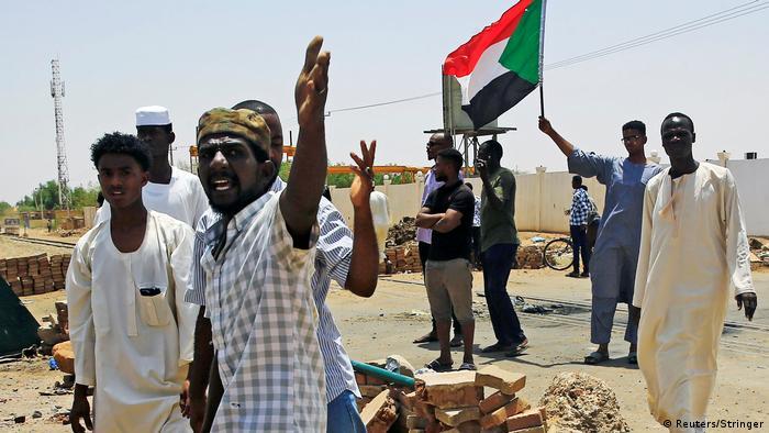 Протестующие в Хартуме строят баррикады на улицах, 5 июня 2019 года