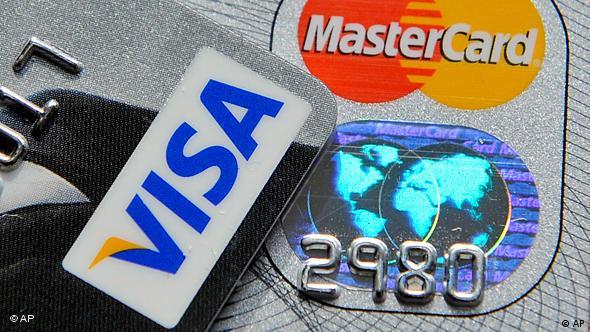 Tarjetas de crédito: a menudo, pagar con ellas significa endeudarse.