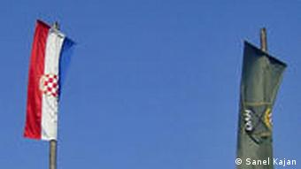 Mostar/ Bosnien und Herzegowina Die kroatische Flagge und die Flagge vom HVO