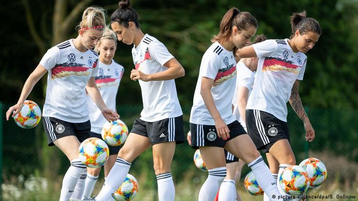 Equipo alemán de fútbol femenino en pleno entrenamiento.