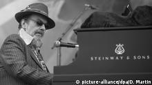 ARCHIV - 26.04.2008, USA, New Orleans: Dr. John tritt während des New Orleans Jazz & Heritage Festivals 2008 auf. Dr. John ist im Alter von 77 Jahren gestorben. (Wiederholung mit verändertem Bildausschnitt) Foto: Dave Martin/AP/dpa +++ dpa-Bildfunk +++ |