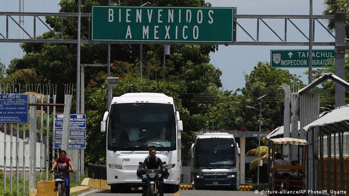 Cars at Mexico's border with Guatemala (picture-alliance/AP Photo/M. Ugarte)