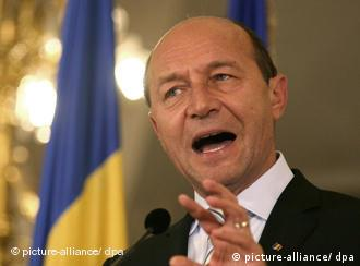 Romanian President Traian Basescu gestures during a media briefing after taking part in negociations with Romanian parties to nominate a new Prime Minister, at Cotroceni Palace in Bucharest, Romania 14 October 2009 The negociations on the nomination of a new Prime Minister had to start after the government was given a non-confidence vote in Romanian Parliament on 13 October. EPA/RADU VIOREANU +++(c) dpa - Report+++