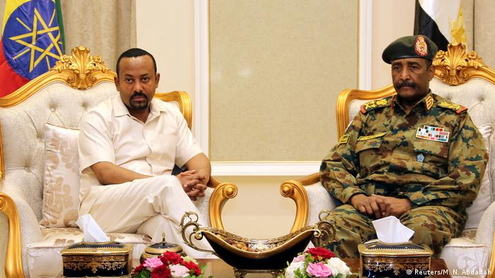 عبد الفتاح البرهان وآبي أحمد حين كانت العلاقات حميمية بين البلدين.