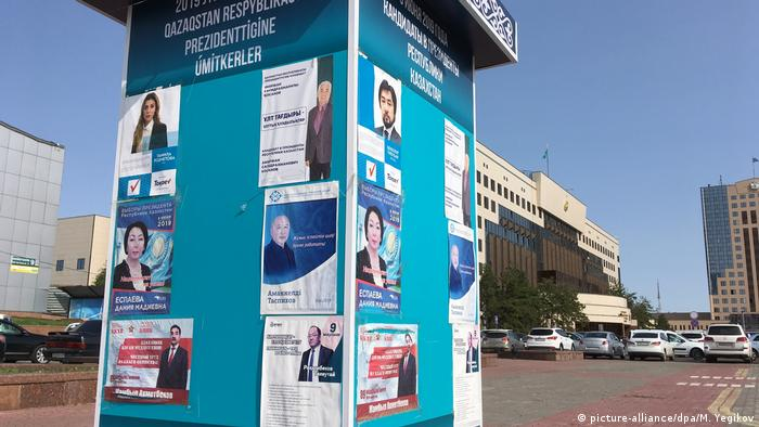 A poster promoting Kazakh presidential candidates in a street in the capital Nur-Sultan (picture-alliance/dpa/M. Yegikov)