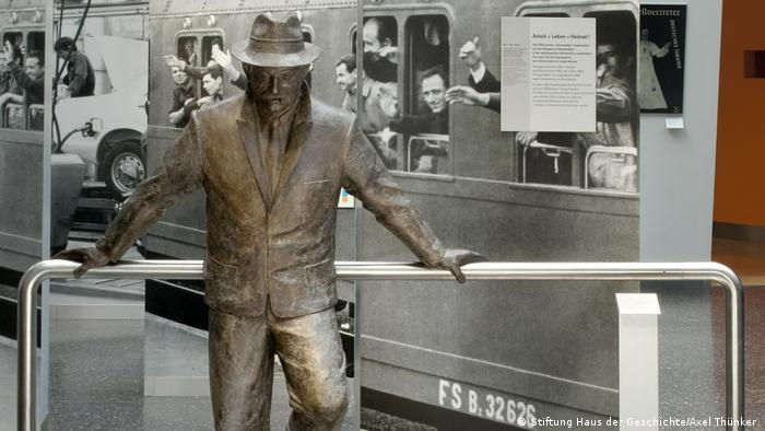 Bronze sculpture of a man representing 'guest workers' in Germany - Haus der Geschichte exhibit (Photo: Stiftung Haus der Geschichte/Axel Thünker )