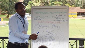 Kenia Nairobi - kenianischer Psychotherapeut Hiram Chomba bei einem Suicide Awareness Workshop