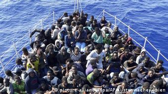 Africans sitting in cramped quarters in a boat (picture-alliance/dpa/AP/Küstenwache Lybien)