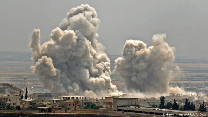 Клубы дыма после налета авиации в провинции Идлиб