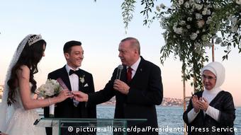 Ο κουμπάρος Ερντογάν παντρεύει τον Μεσούτ Εζίλ