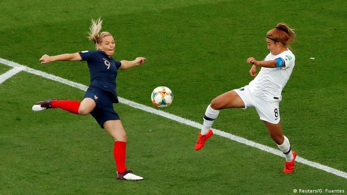تیم ملی زنان آمریکا اگر چه به عنوان مدافع عنوان قهرمانی راهی جام جهانی ۲۰۱۹ فرانسه شده، اما تنها مدعی در این دوره نیست. تیم ملی فوتبال زنان فرانسه، میزبان این مسابقات، از جمله تیمهایی است که از شانس قهرمانی برخوردارند. تصویری زیبا از دوئل کاپیتانهای تیمهای ملی فوتبال فرانسه (پیراهن آبی) و کره جنوبی در دیدار افتتاحیه جام جهانی ۲۰۱۹ در پاریس.