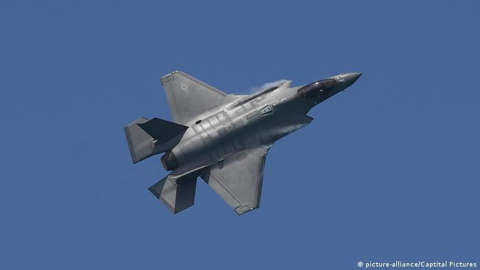 Американский истребитель F-35 летит в небе