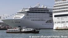 Italien Kreuzfahrtschiff MSC Opera im Hafen von Venedig