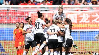 Alemães comemoram gol contra a China no Mundial da França