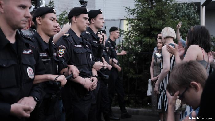 Правоохранители и митингующие у здания суда, где рассматривается дело Ивана Голунова, 8 июня 2019 года