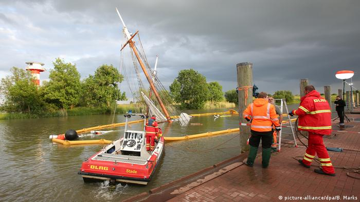 Emergency workers secure the wreck of the No. 5 Elbe Foto: Bodo Marks/dpa