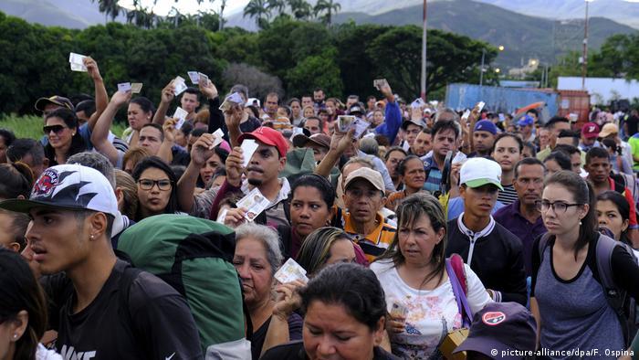 Venezolanos buscan salir de su país. Frontera con Cúcuta, Colombia
