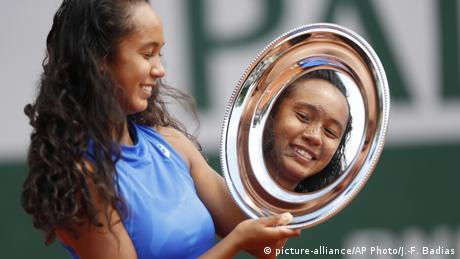 Ovo lice i ime moramo dobro zapamtiti. 16-to godišnja teniserka Leylah Annie Fernandez iz Kanade je osvojila French Open u Parizu u kategoriji mladih talenata. Ako ovako nastavi, njeno ime će biti poznato kao i imena teniserki kao što su Serena Williams i Angelique Kerber. Da joj nagrada puno znači najbolje pokazuje ova fotografija. Radije gleda u nagradu nego u fotoaparate i kamere.