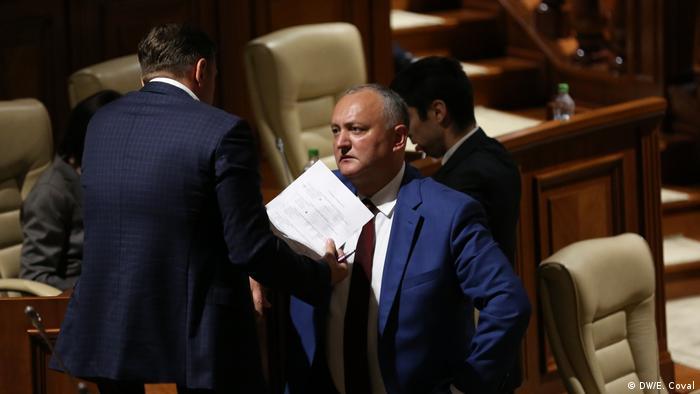 Igor Dodon și Adrian Năstase în Parlamentul din Republica Moldova