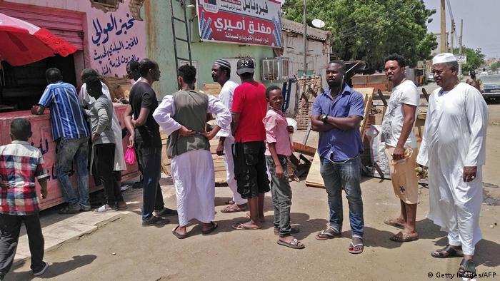 Sudan Khartum - Menschenschlange vor Bäckerei