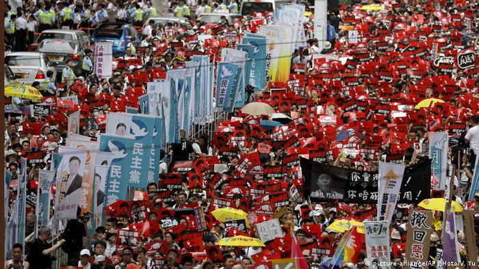 A Hong Kong street turns into a sea of red with protesters waving banners (picture-alliance/AP PHoto/V. Yu)
