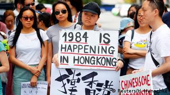 1984, el famoso libro de George Orwell, esta sucediendo en Hong Kong, aseguraba una manifestante, este fin de semana, desde Berlín. (Reuters/H. Hanschke)