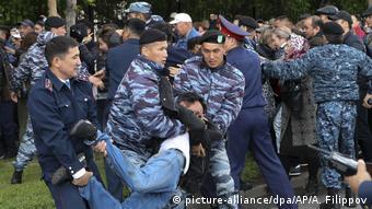 Полиция задерживает протестующих в Алма-Ате