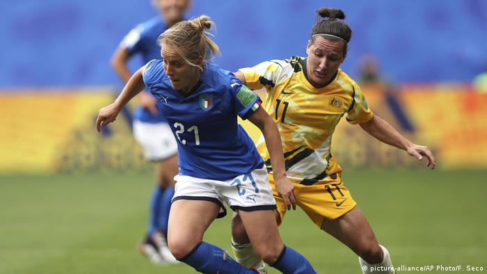 Australia's Lisa De Vanna battles Italy's Valentina Cernoia for possession during the 2019 Women's World Cup (picture-alliance/AP Photo/F. Seco)