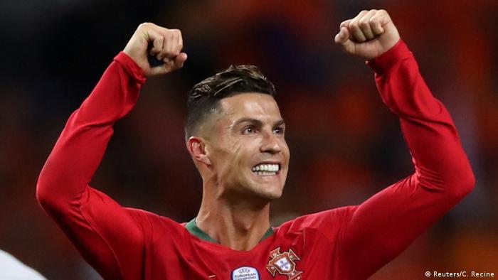 Ronaldo célèbre la victoire du Portugal face aux Pays-Bas en Ligue des nations