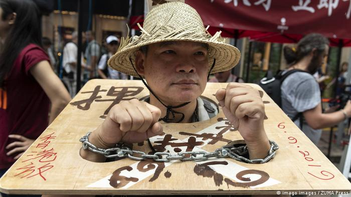 A Hong Kong protester in chains (imago images / ZUMA Press)