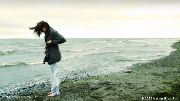 Eine Frau am windigen Strand stehen (Foto: 2009 Warner Bros. Ent.)