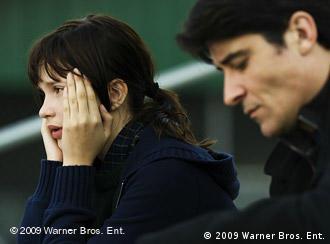 Junges Mädchen und Mann schauen betreten drein (Foto: 2009 Warner Bros. Ent.)