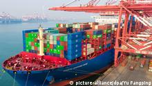 10.01.2019, China, Qingdao: --FILE--A cargo ship of COSCO Shipping loaded with containers to be shipped abroad berths on a quay at the Port of Qingdao in Qingdao city, east China's Shandong province, 10 January 2019. China on Monday announced that it will raise the rate of additional tariffs imposed on some of the imported US products from June 1. China had earlier imposed additional tariffs on 60 billion dollars worth of US imports, the rates of additional tariffs on some of the products will now be increased to 25 percent, 20 percent, and 10 percent, according to a statement by the Customs Tariff Commission of the State Council. Foto: Yu Fangping/Imaginechina/dpa |