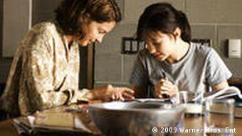 Frau und Mädchen am Tisch machen Schularbeiten (Foto: 2009 Warner Bros. Ent.)