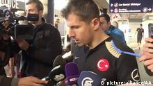 Island Reykjavik - Screenshot aus Video in dem Emre Belozoglu der türkischen Nationalmannschaft eine Klobürste hingehalten wird
