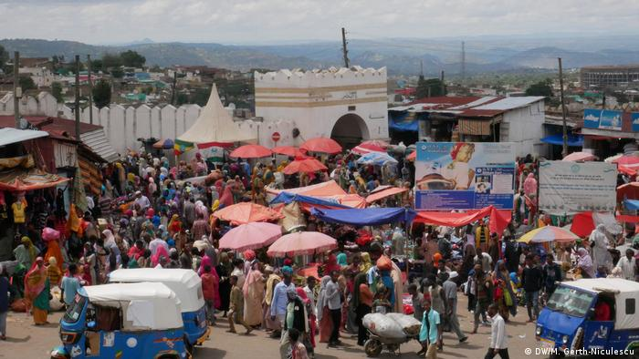 Crowded scene in front of Harar's old town gates (DW/M. Gerth-Niculescu)