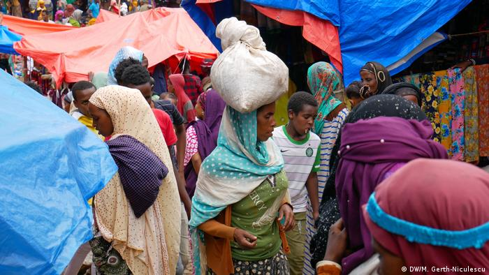 Women carrying bundles at a market (DW/M. Gerth-Niculescu)