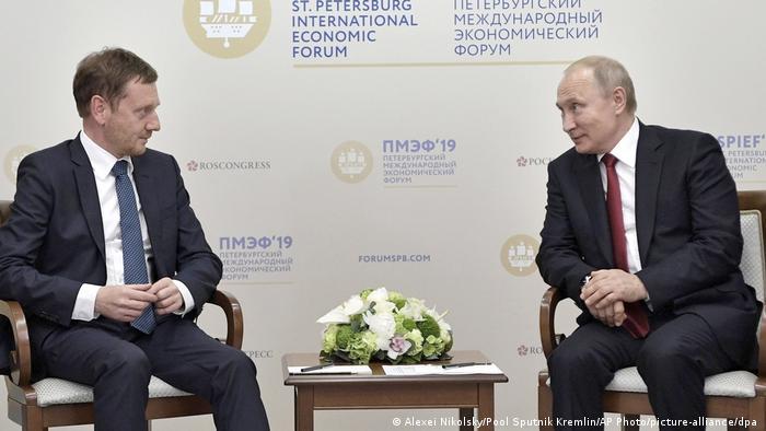 Władimir Putin i Michael Kretschmer w czasie Międzynarodowego Forum Gospodarczego w St. Petersburgu.