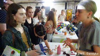 Надежде Шейбак (слева) рассказывают о программах ЕС для Беларуси