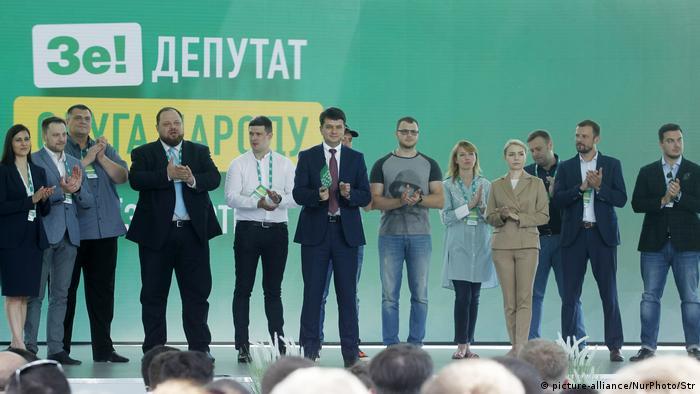 Кандидаты от украинской пропрезидентской партии Слуга народа на съезде в Киеве 9 июня