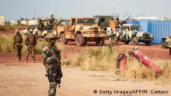 Mali   Soldaten am Flughafen von Mopti